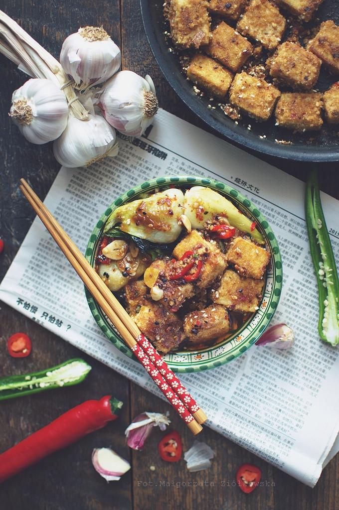 Chrupiące tofu na ostro z pak choy