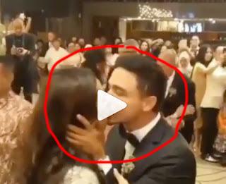 hamish mencium raisa di depan para tamu undangan