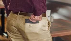 هل تضع محفظتك في جيبك الخلفي؟ وهل محفظتك منتفخة بسبب احتوائها على أوراق ونقود؟