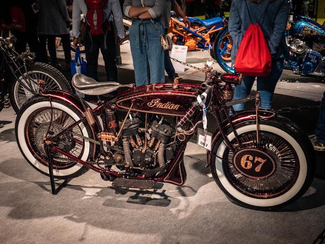 American Dreams, de Italia, también trajo a su Iceman Scout Boardtracker. Comenzando con un motor y armazón de Indian Scout de 1927, es una belleza de dulce color rojo / cobre caliente.