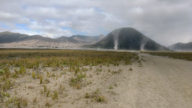 El Mar de arena, desierto de ceniza que rodea el cráter activo del monte Bromo.