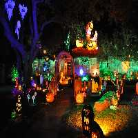 FunEscapeGames-Halloween Front Yard House