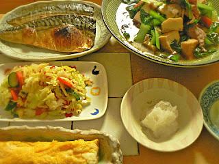今日の夕食 焼きサバ 煮物 お新香 玉子焼き