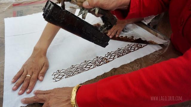 Membuat Batik Cap di Museum Batik Pekalongan
