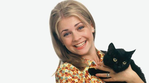 Sabrina la bruja adolescente con el gato de la serie