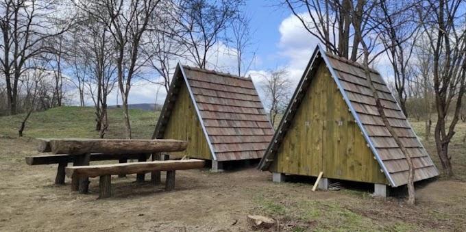 Ingyenes erdei szálláshelyek épültek egy nógrádi falu határában