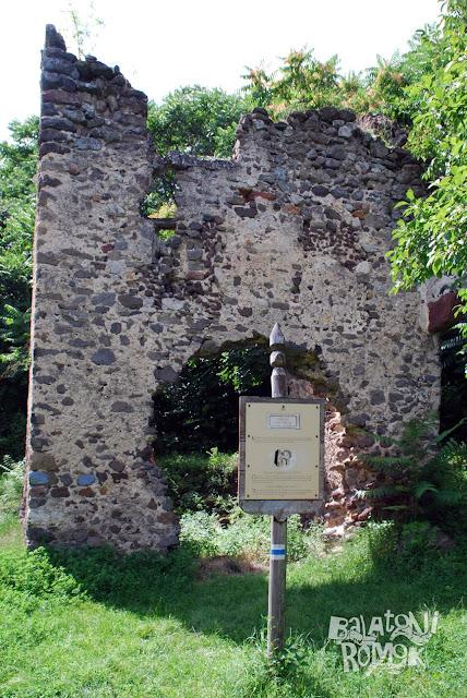 A Velétei palotarom emeletes, romos épülete, előtérben az ismertetőtáblájával.