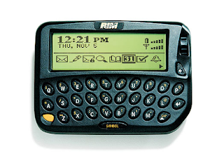 Sejarah  Perkembangan Blackberry  Blackberry di kembangkan oleh sebuah perusahaan canada yang hingga saat inipun, tidak banyak orang yang mengetahui namanya. Sangat berbeda dengan Nokia dan Motorola ataupun microsoft yang namanya dikenal luas, pembuat blackberry adalah perusahaan yang bernama Research in Motion.  Didirikan oleh seorang imigran yunani di kota waterloo, kanada. Pendiri Research in Motion, Mike Lazaridis dilahirkan di Turki, membangun sebuah pemutar rekaman dsi Lego pada umur 4 (empat) tahun, sebuah radio pada umur 5 (lima) tahun, dan berkuliah di Universitas Waterloo. Dia memilih drop out setelah memenangkan kontrak senilai 560 ribu US Dollar. Para pesimis mengasumsukan bahwa pesaing besar akan menenggelamkan produk blckberry dengan membanjiri pasar dengan produk yang serupa. Namun hingga saat ini, tidak ada satupun perusahaan seperti Nokia, motorola atau bahkan microsoft yang sanggup membuat pesaing blackberry.  Keunggulan blackbery adalah mempunyai penampilan yang sangat bersabahat dan bisa selalu terhubung, jadi dimanapun anda, anda bisa selalu mengakses email (saat ini Facebook, Blogging, dll dll). Sejak peluncurannya pada tahun 1999, blackberry telah meraup lebih dari 8 juta pelanggan di seluruh dunia. Sejalan dengan peningkatan kemampuan layanan komunikasi seluler, blackberry pun ikut terangkat. Dan  dengan makin turunnya biaya komunikasi, pada