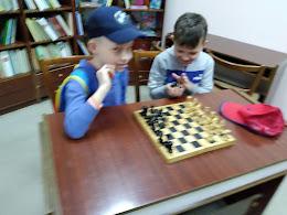 Мальчики играют в шахматы школьный лагерь Усмішка бібліотека-філія №4 М.Дніпро