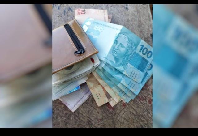 Cortador de cana acha carteira com R$ 8 mil em banco de praça e devolve ao dono, em Goiás