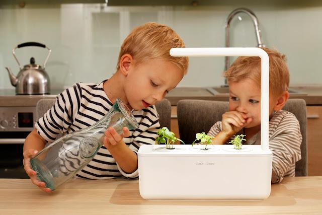 niños abastecen de agua el tanque del Smart Garden