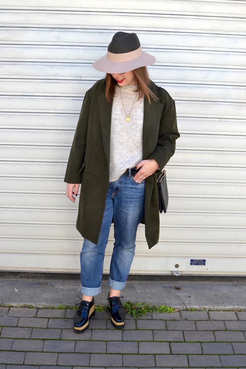 jean H&M,pull gris H&M, chapeau kaki et rose pastel, manteau kaki de Sheinside, chaussures plateforme Sammydress, trio bag noir Céline