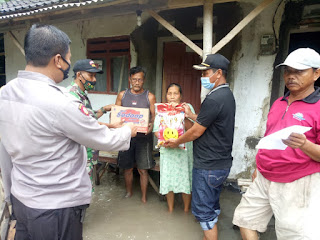 Bentuk Kepedulian Warga Terdampak Banjir, Kades Suyono Bagikan Sembako