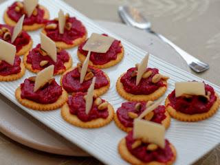Biscuits salés au pesto de betterave et parmesan