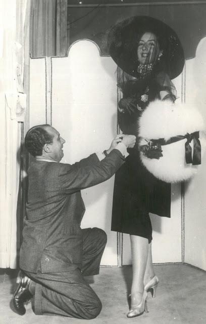 Juan Emilas ultimando una prueba para la presentación de la colección primavera-verano en París. 1952. (Copyright Colección Familia Emilas)
