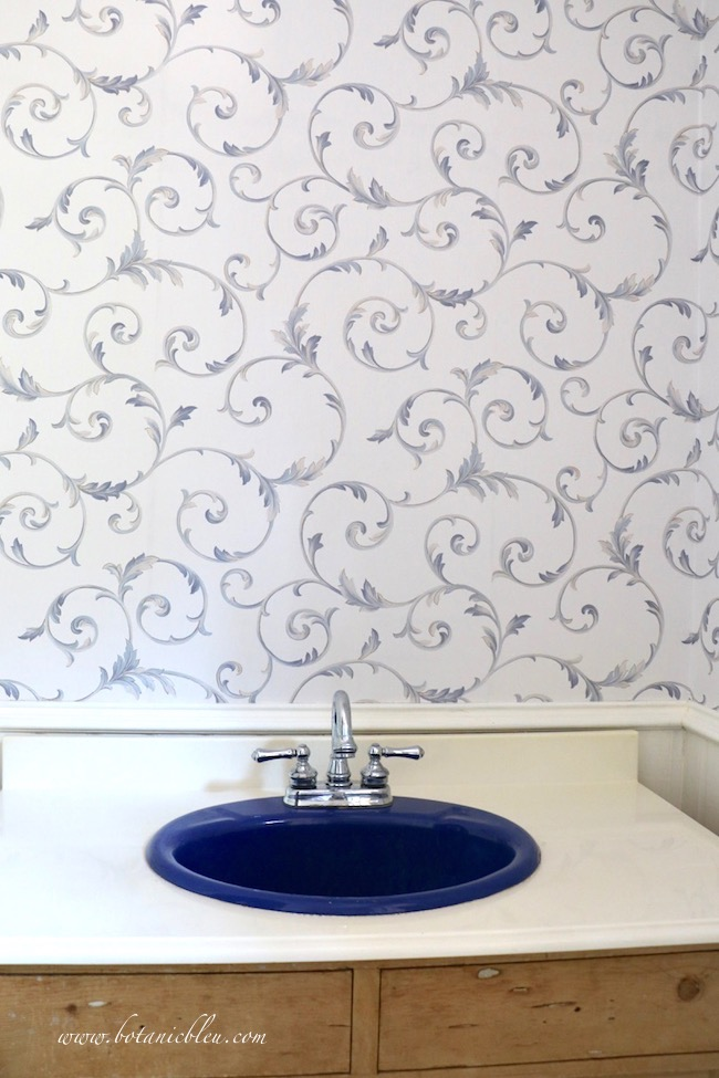 French Country Leaf Scroll Wallpaper