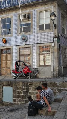 estudantes sentados com computador na Ribeira do Porto