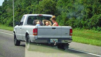 dumme Familien Bilder - Auto Ausflug über die Autobahn