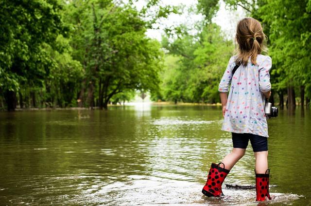 menjaga kesehatan saat banjir tiba.