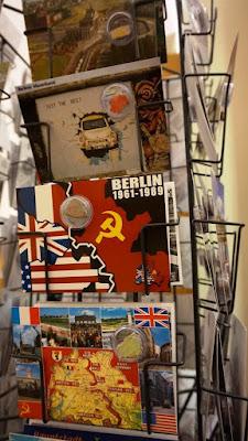 Postales con restos del Muro de Berlín