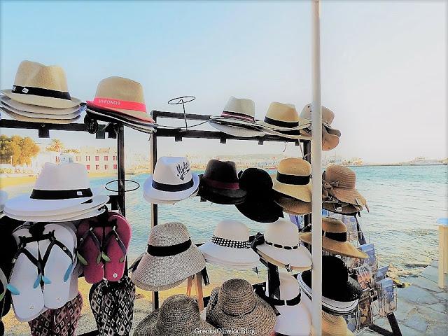 Kapelusze. W tle greckie morze, miasteczko Mykonos, Cyklady Grecja.