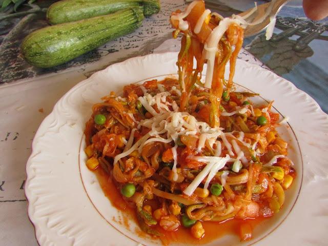 Makaron z cukinii z sosem pomidorowym
