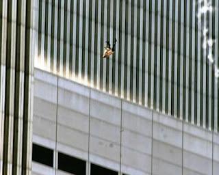 Luego de que dos aviones se estrellaran contra las torres gemelas del World Trade Center aquel 11 de septiembre de 2001, el mundo no volvió a ser el mismo. El terrorismo atacaba de lleno al corazón de los Estados Unidos. y nos dejaba a todos sumidos en un silencio doloroso, pero atentos a las imágenes que una y otra vez repetían los televisores, y que parecían sacadas de una película de Hollywood.