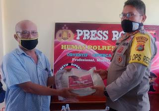 Polres Bima Kota Salurkan Bantuan Sembako kepada Warga Terdampak Covid19
