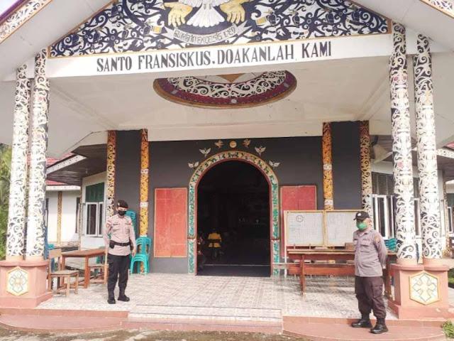 Polsek Entikong lakukan pengamanan Ibadah Misa minggu pagi di Gereja Santo Fransiskus Asisi