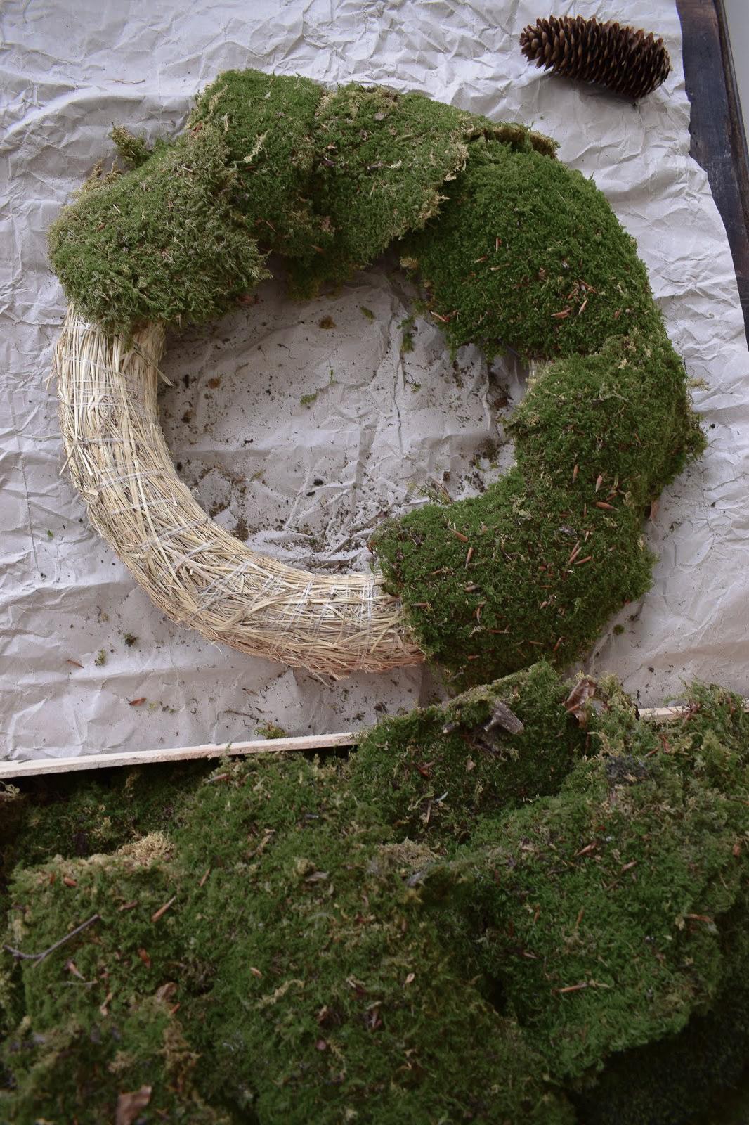 DIY Kranz binden mit Moos. Schritt für Schritt erklärt. Anleitung Mooskranz Ideen Naturdeko für Sommer und Herbst selber machen Dekoidee Dekoration Wanddeko