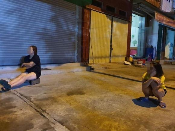 """Bất chấp dịch bệnh, 4 bà hàng xóm lập """"đàn"""" buôn chuyện trên vỉa hè khiến dân tình dở khóc dở cười"""