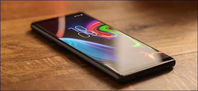 حامي الشاشة ZAGG Invisible Shield على الهاتف الذكي.
