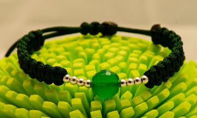 Pulsera de bolas de plata y agata verde facetada, montada en nylon verde con terminales en plata