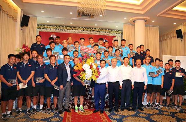 Thầy trò HLV Park Hang Seo nhận lì xì trước ngày đi tranh tài U23 châu Á 8