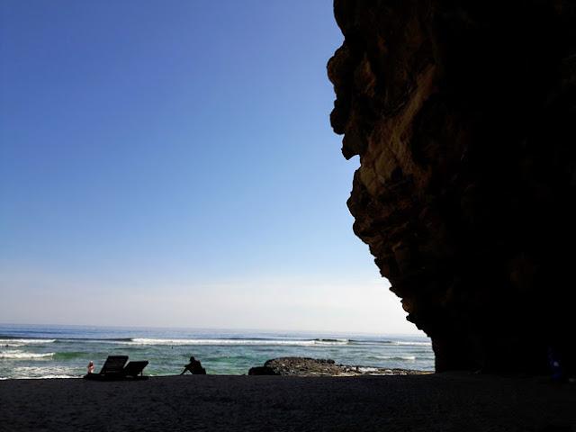 """Hang Câu được sóng và gió biển bào mòn, """"khoét sâu"""" vào lòng núi hình thành qua hàng ngàn năm từ nham thạch tạo nên một vẻ đẹp vô cùng kỳ vĩ."""