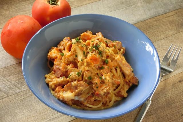 フライパンひとつでつくる湯むきトマトのカルボナーラ