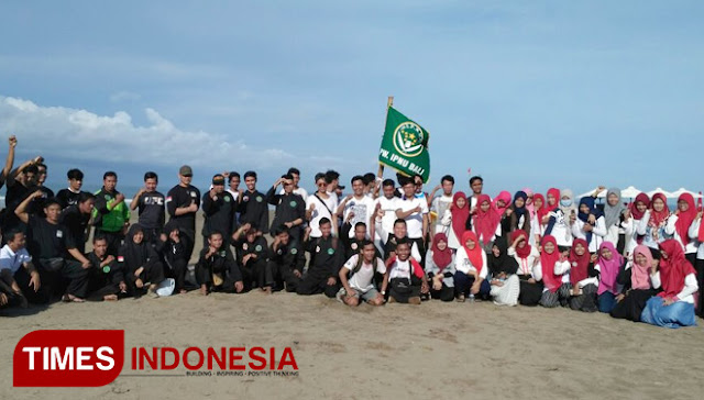 Alhamdulillah! Ribuan Nahdliyin Bali Bersihkan Sampah Pantai Kuta
