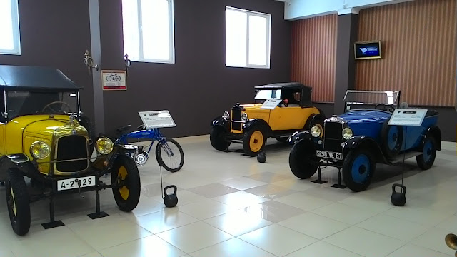 Несколько старинных автомобилей