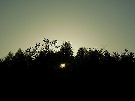 Słońce chowa się za Plebańską Górą.