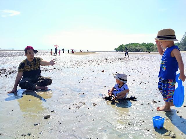 ayah main lumpur pantai morib dengan anak
