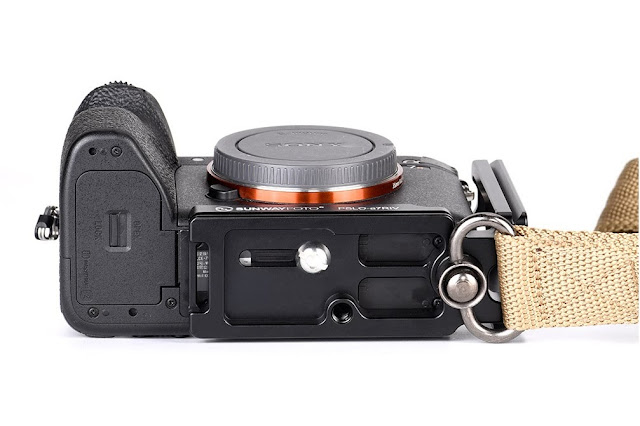 Sunwayfoto PSLO-a7RIV L bracket bottom side on camera with sling strap