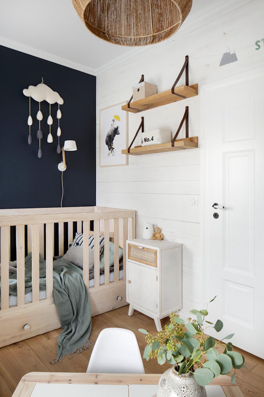 Dormitorio infantil con pared negra