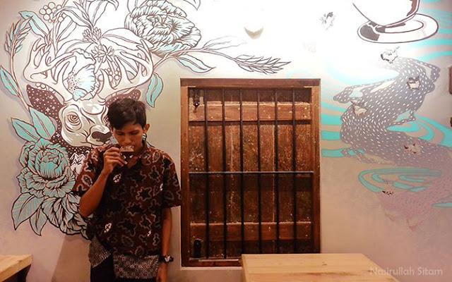 Mengabadikan diri di salah satu sudut dinding penuh mural