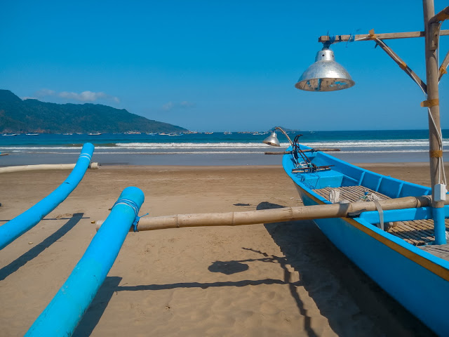 perahu nelayan di pantai mustika