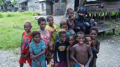 Satbrimob Polda Jatim PEDULI  Saat Melaksanakan Tugas BKO di Distrik Dekai Kab. Yahukimo Papua