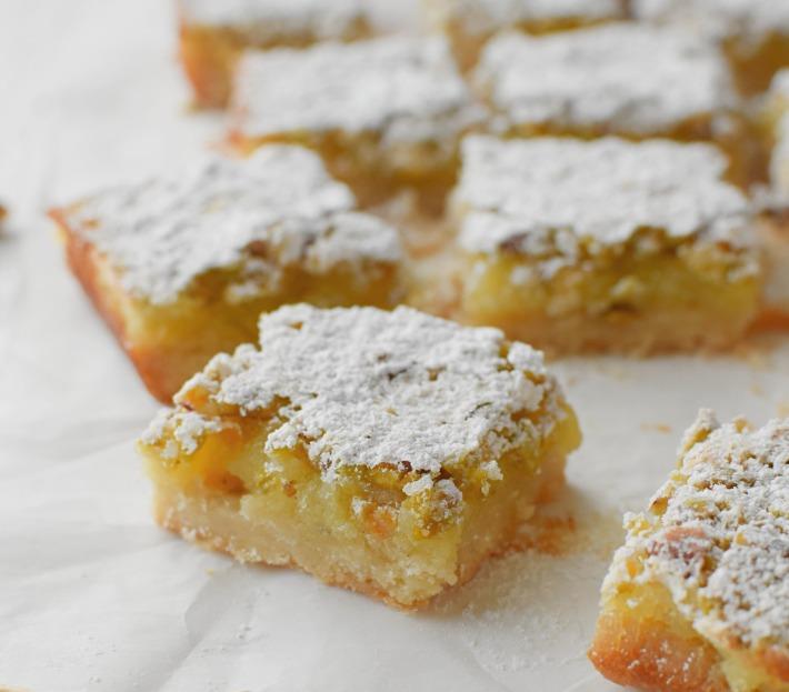 Cuadritos cremosos de lima-limón con pistachos, recuerdan al key lime pie