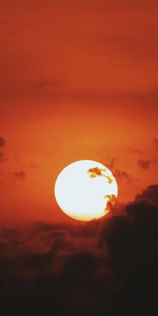 Vầng trăng tròn giữa bầu trời đỏ thẫm