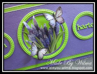 Close-up van een plaatje met Blauwe druifjes en vlinders. Close-up of the picture with Grape hyacinths and butterflies.
