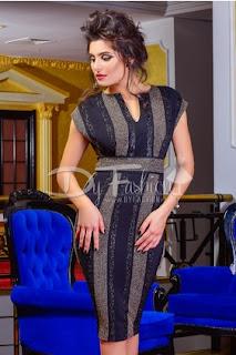 Rochie midi care are un model de tip dungi verticale aurii si paiete fine negre