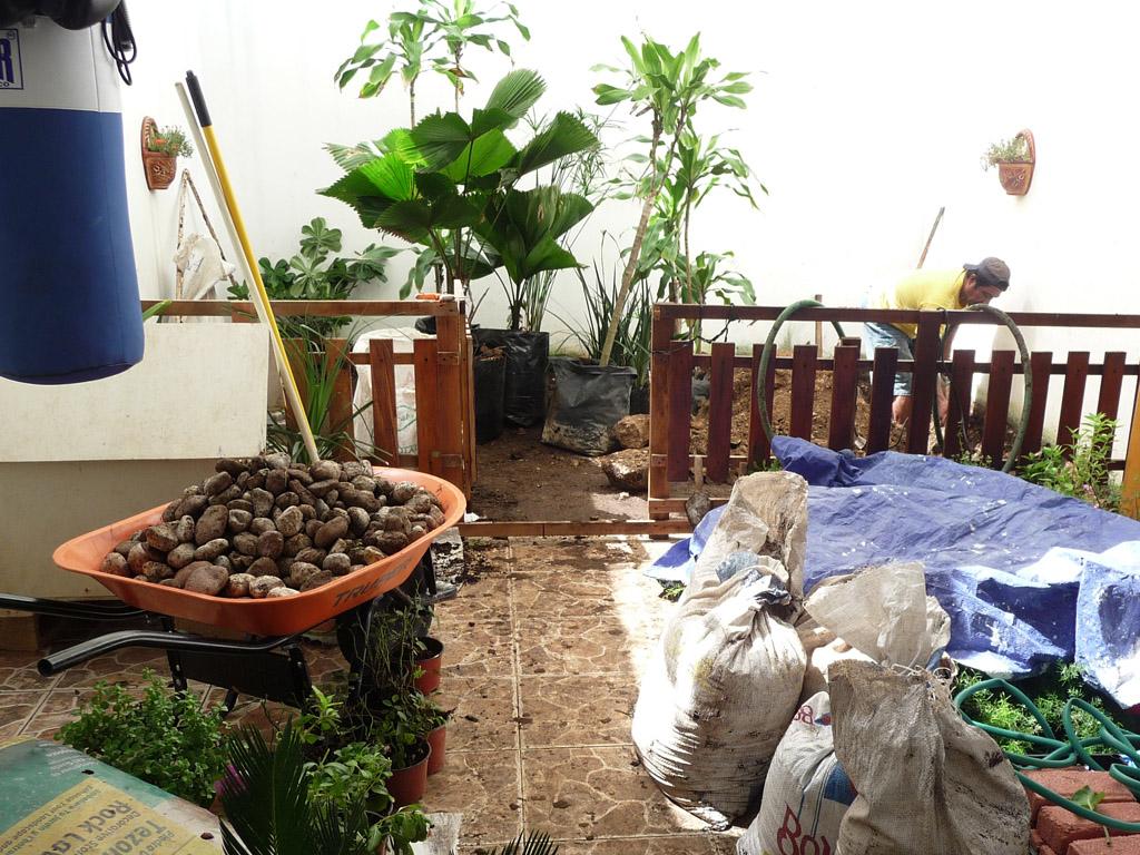 Galer a antes y despues fotos de jardines reales for Decoracion de jardines con piedras y madera